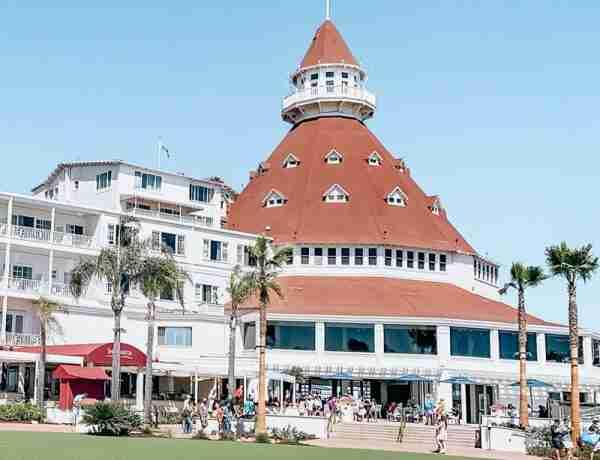 Hotel Del Coronado from green lawn