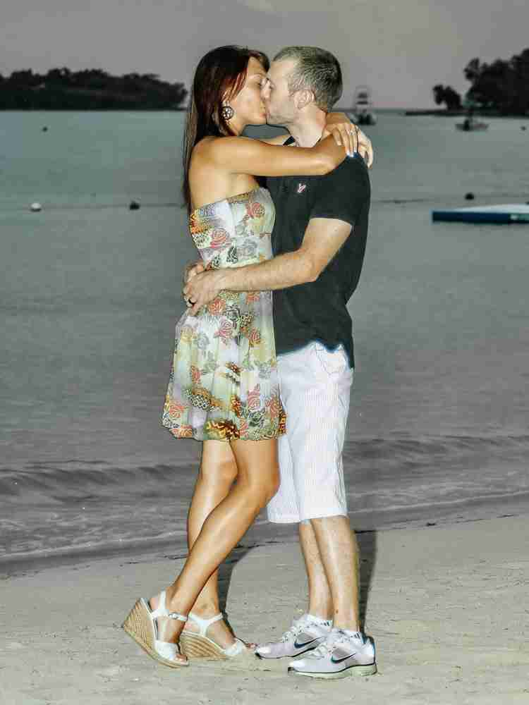 Travel as a couple and kiss on the beach